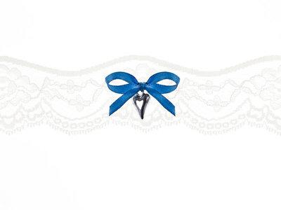Kousenband ivoor kant blauw strikje